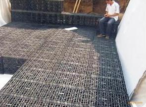Funzioni del dispositivo abbandonato dell'acqua piovana inquinata sui carri armati dell'acqua piovana