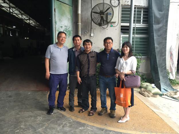 عملاء كوريون جنوبيون يزورون مصنع لييوان لشبكة تثبيت الحصى (Gravel Stabilization Grid)