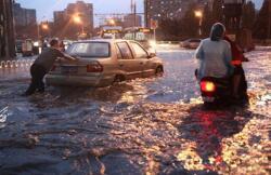 Quando la città è inondata da forti piogge, il problema del terreno è la chiave