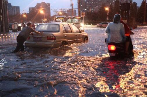 Wanneer de stad wordt overspoeld door zware regenval, is het grondprobleem de sleutel, en de wateroverlast van de stad kan niet alleen kijken naar het drainagesysteem